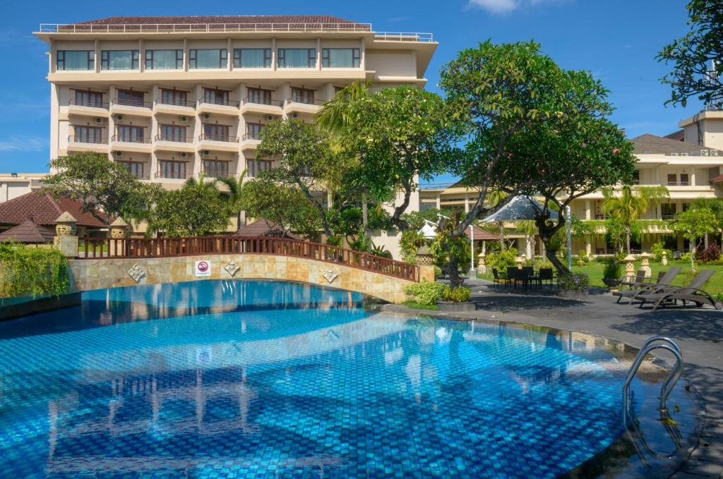 The swimming pool at or close to Lombok Raya Hotel