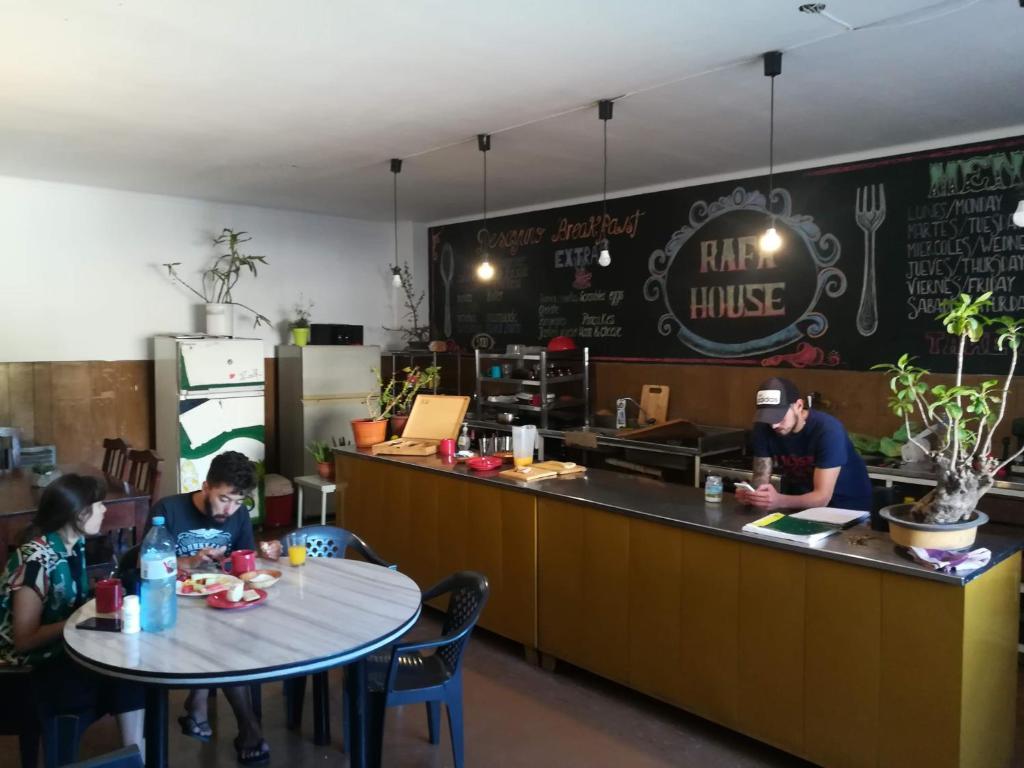 Un restaurant u otro lugar para comer en Rafa House