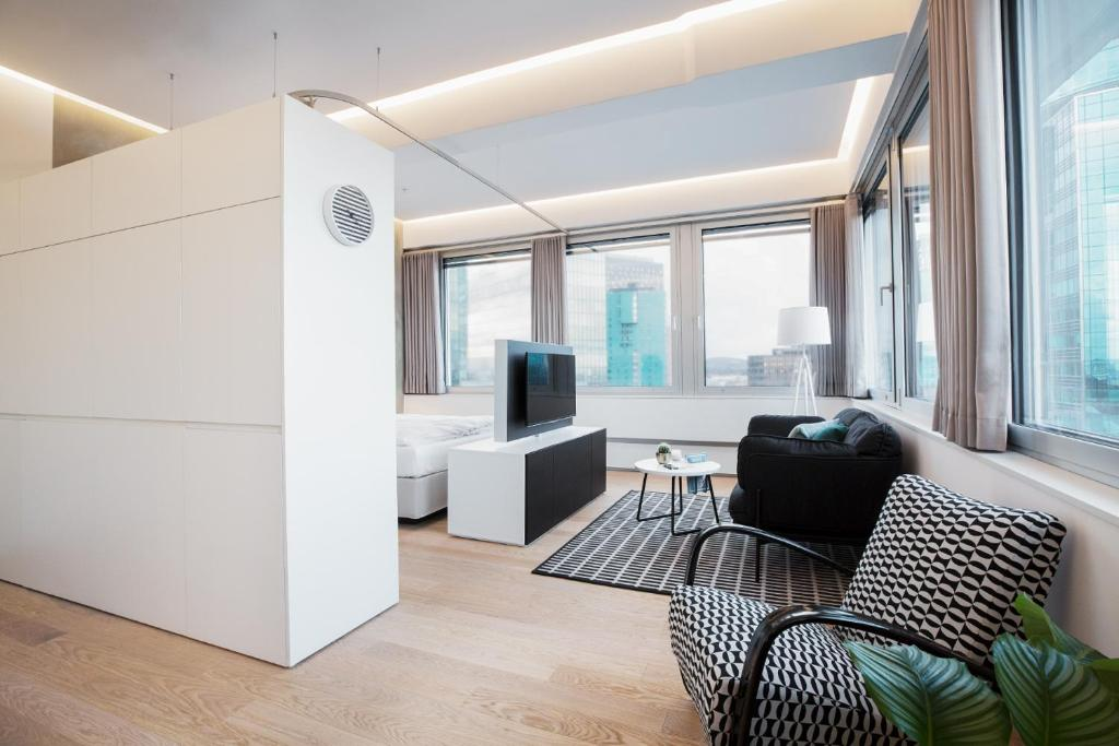A seating area at PhilsPlace Full-Service Apartments Vienna