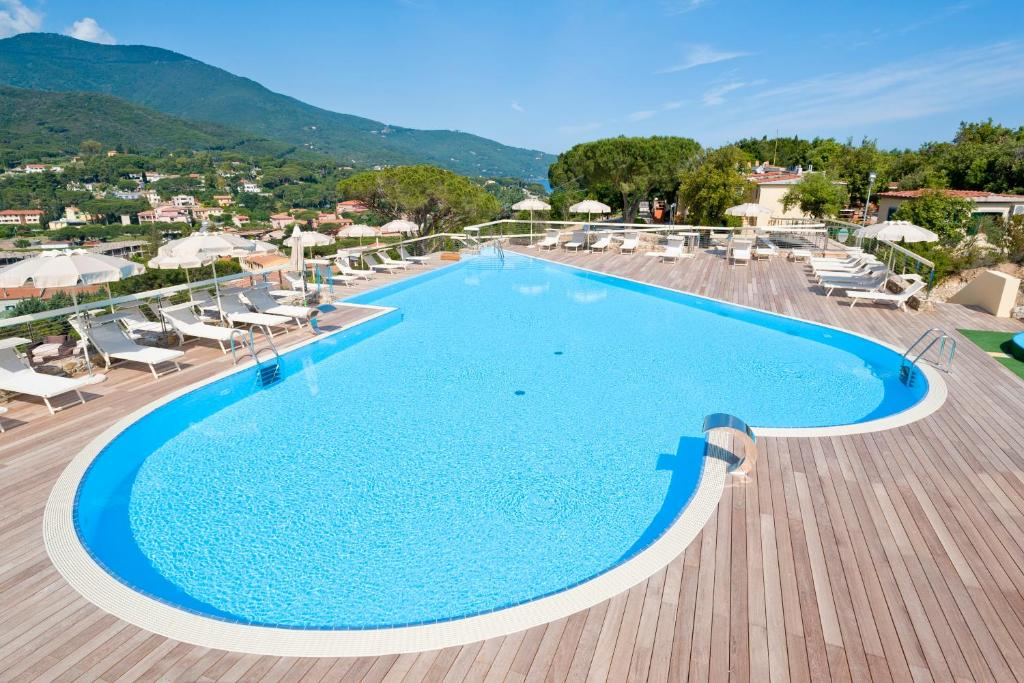 A view of the pool at Hotel La Perla Del Golfo or nearby
