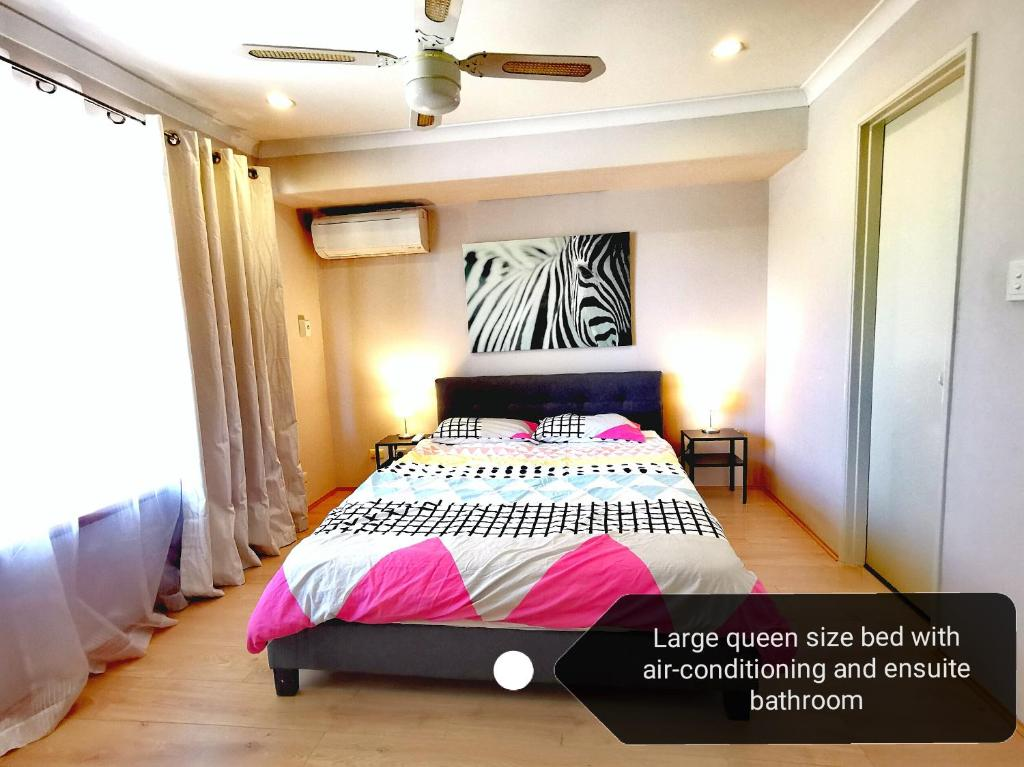A bed or beds in a room at Cosy easy access home near Perth CBD and Fremantle