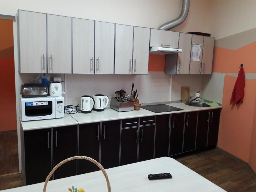 Кухня или мини-кухня в BM Hostel V. Novgorod