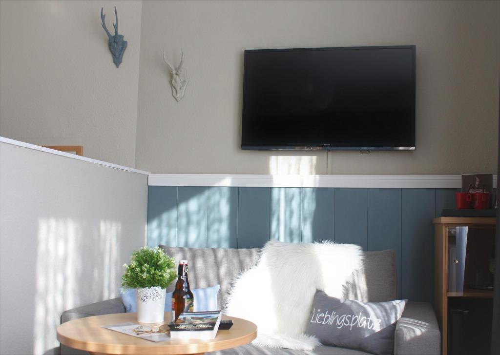 A television and/or entertainment center at Hotel am Kurpark