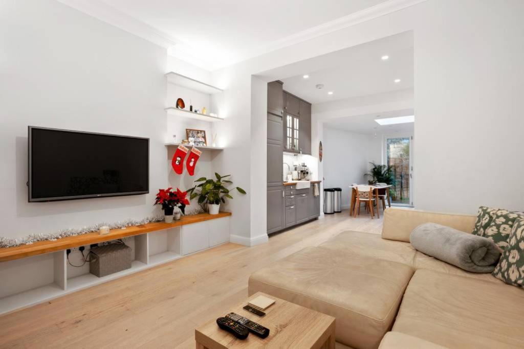 Een zitgedeelte bij Charming 2 Bedroom Flat with Garden in Finsbury Park