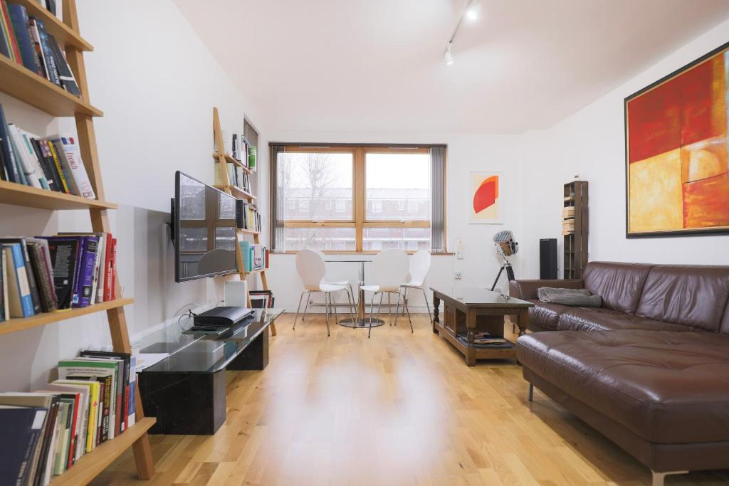 A seating area at Bright and Spacious Modern 2-Bed - Kings Cross