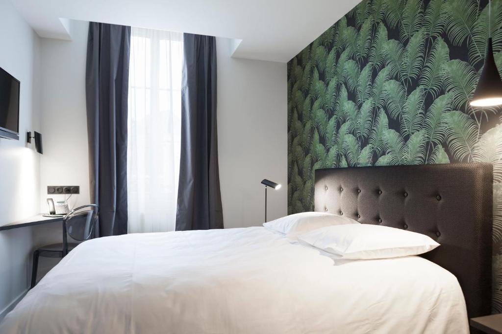Ein Bett oder Betten in einem Zimmer der Unterkunft Hotel du Maine