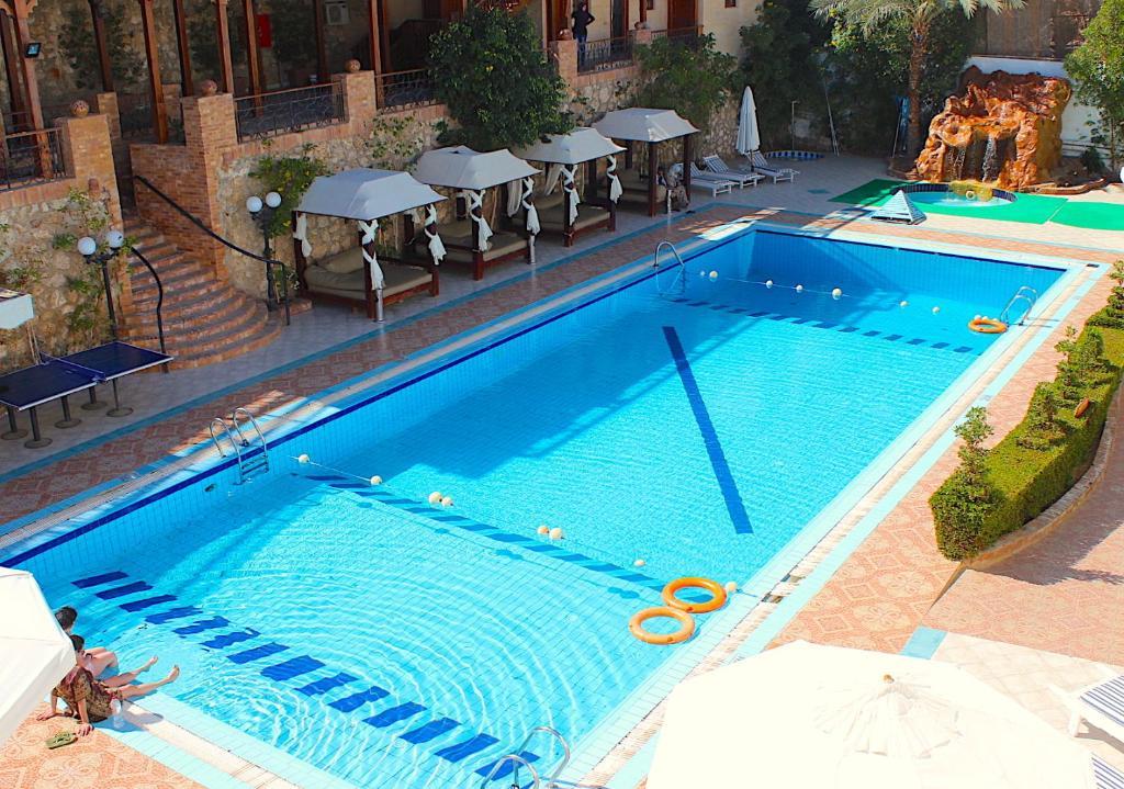 المسبح في فندق نعمة بلو أو بالجوار