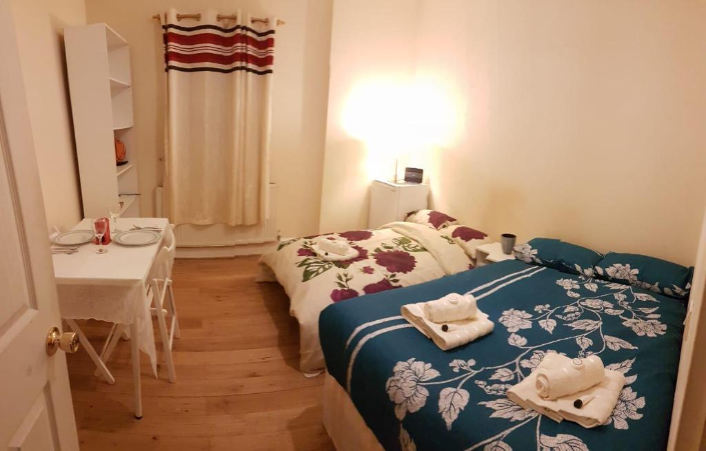 A bed or beds in a room at Large double room in Central london zone 1