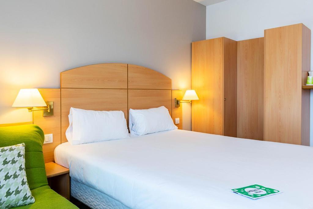 Cama o camas de una habitación en Campanile Madrid Alcalá de Henares