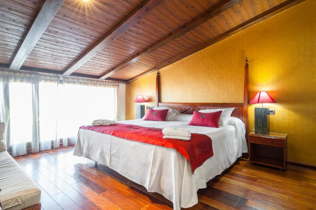 A bed or beds in a room at Hotel & Spa Sierra de Cazorla 4*