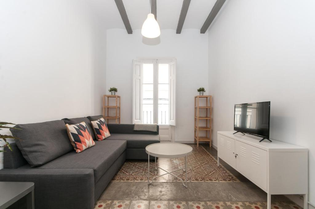 A seating area at Comfortable Cozy Apartment for Groups in Gracia