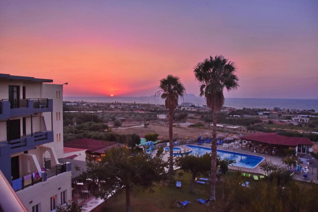 Uitzicht op het zwembad bij Ocean Heights View Hotel of in de buurt