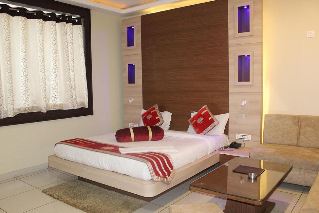 A bed or beds in a room at Hotel Sunrise