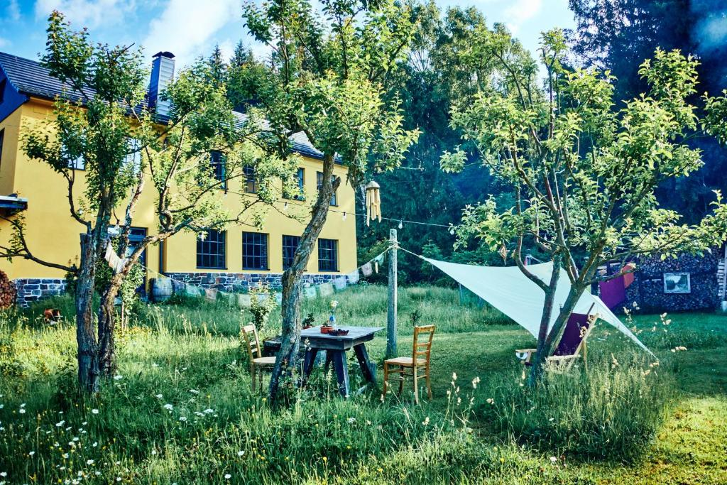 Ein Garten an der Unterkunft Blickinsfreie