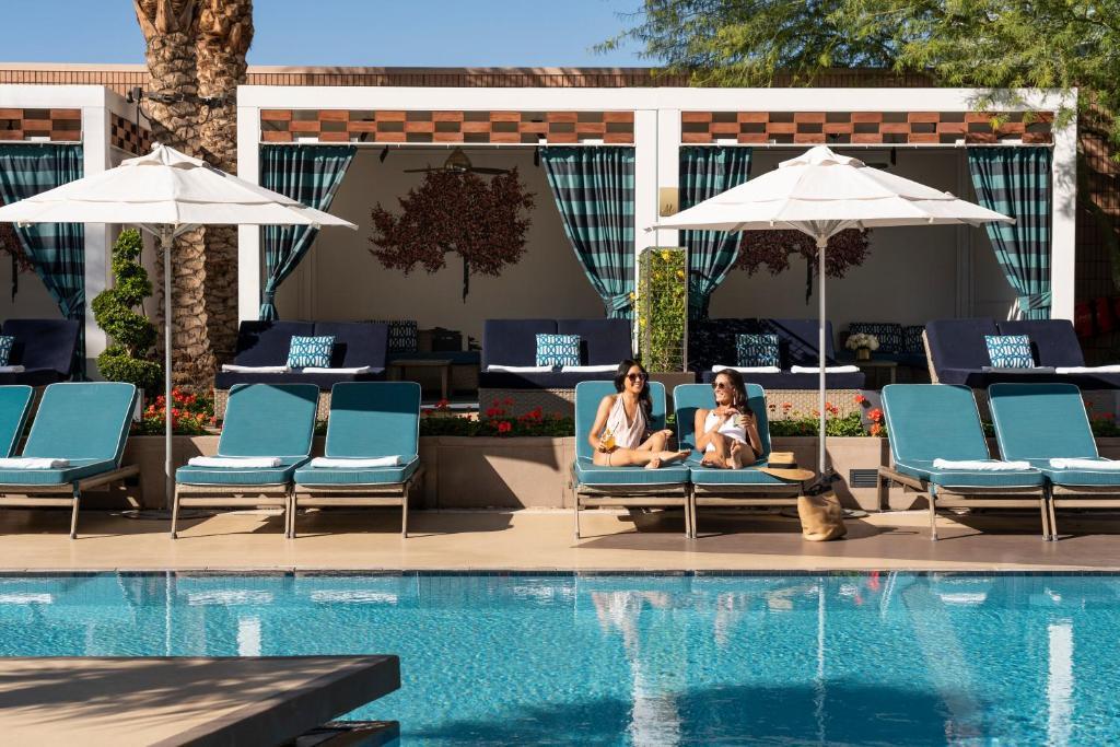 The swimming pool at or close to Waldorf Astoria Las Vegas