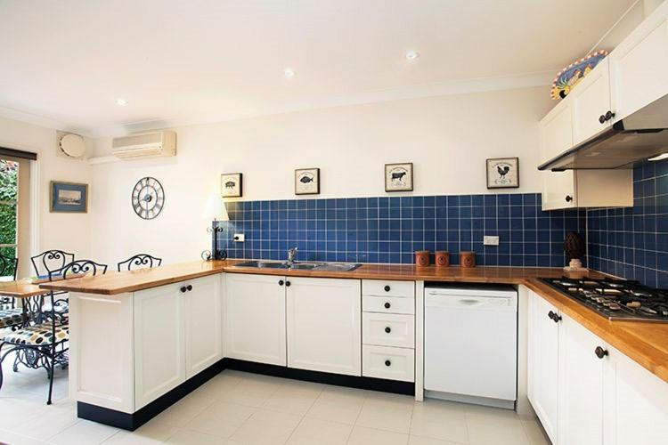 A kitchen or kitchenette at A Large Three Bedroom 2 Storey Luxury Holiday Home in Crows Nest - CN099