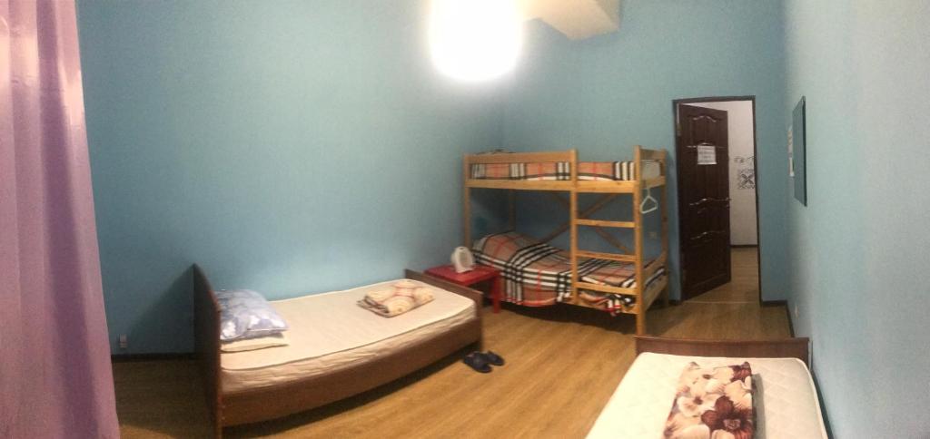 Двухъярусная кровать или двухъярусные кровати в номере Hostel Tourist