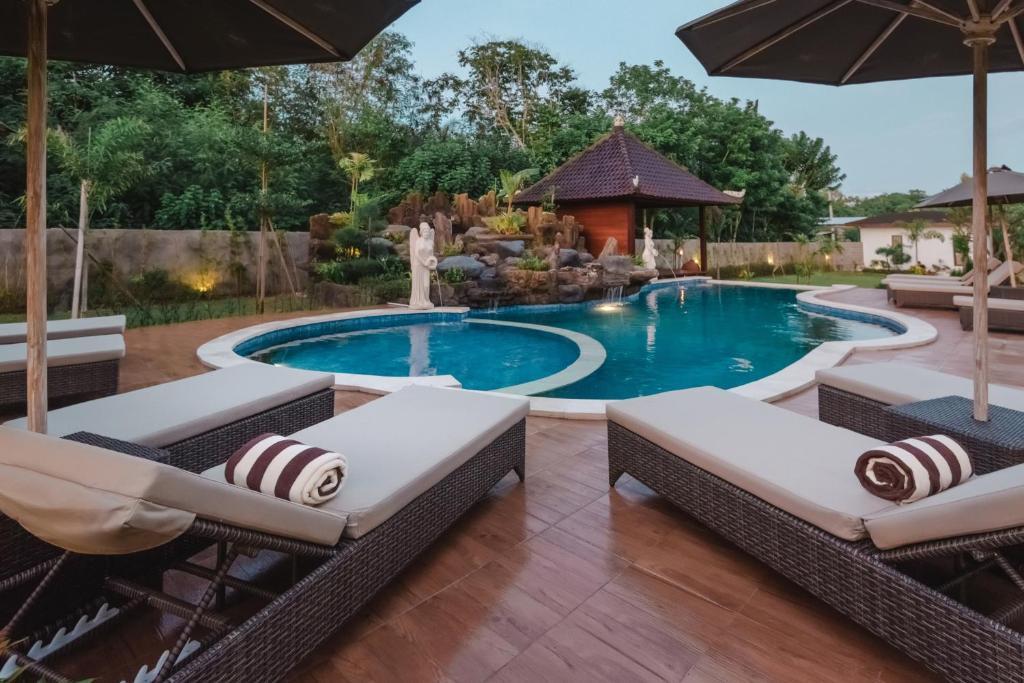 The swimming pool at or close to Mamamia island villa