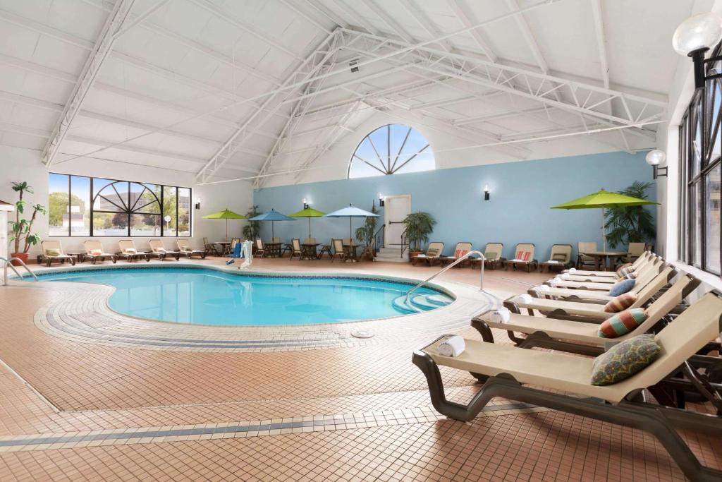 Hotel Wyndham Garden At Niagara Falls Ny Booking Com