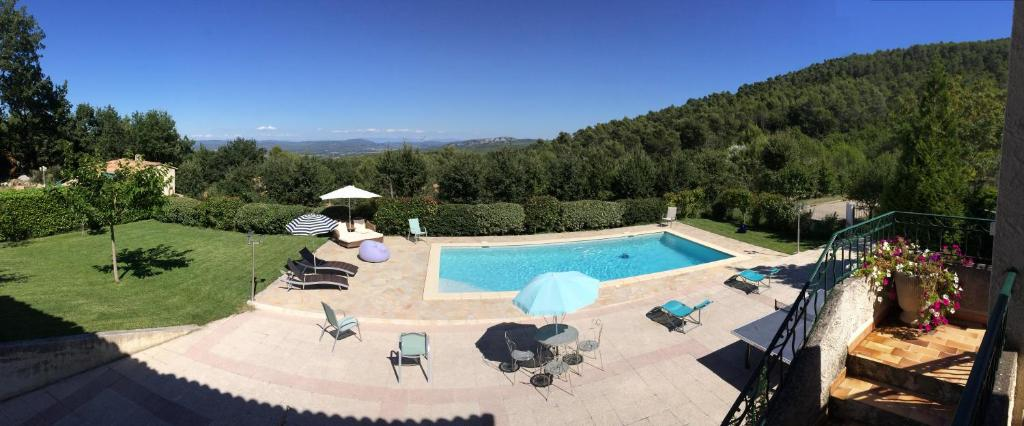 A view of the pool at Villa Léna or nearby