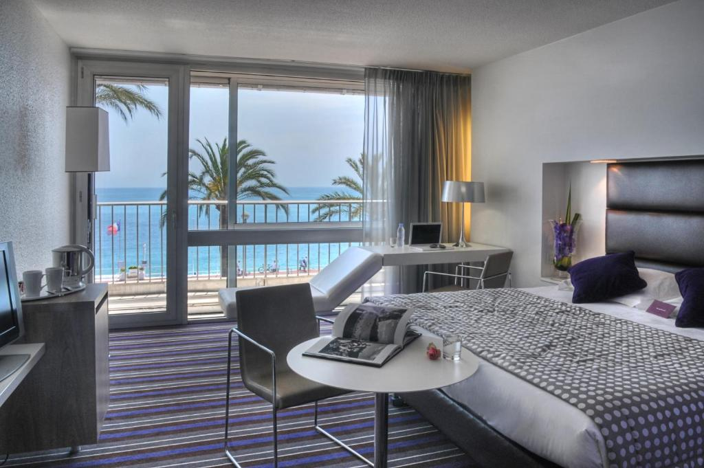 A seating area at Mercure Nice Promenade Des Anglais