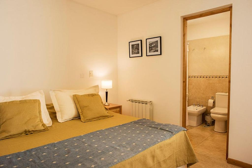 Una cama o camas en una habitación de Cálido y moderno monoambiente cercano al centro en SMA