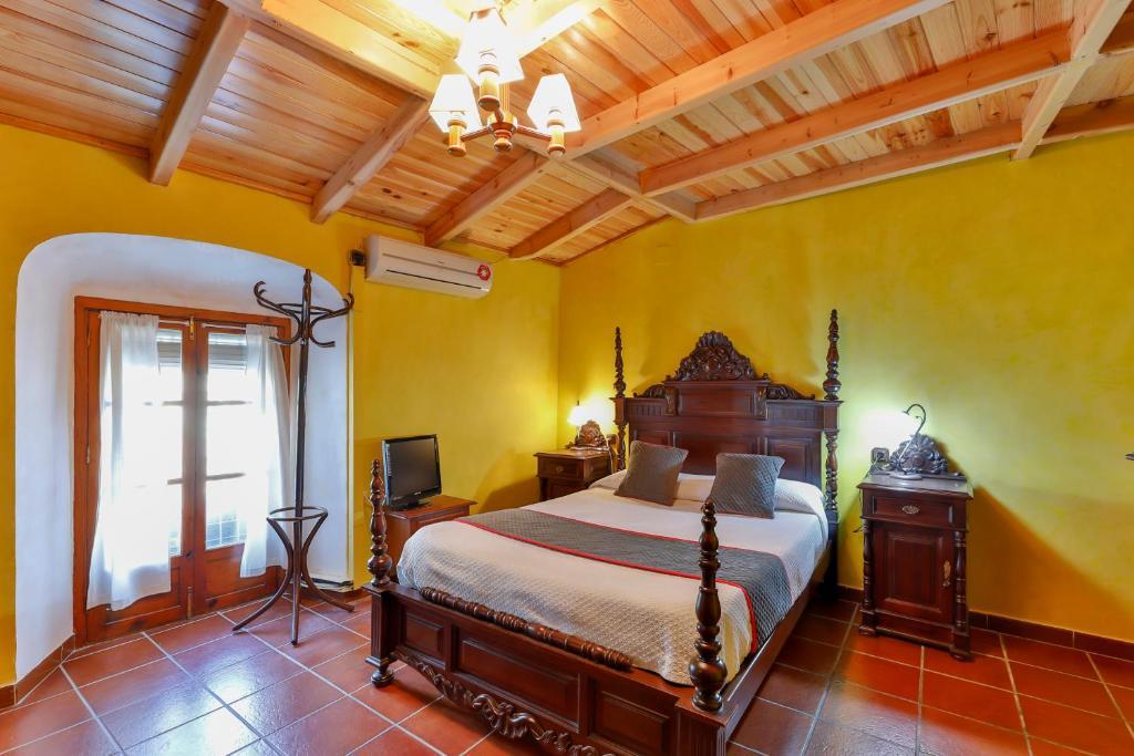 A bed or beds in a room at OYO Hotel Las Palmeras