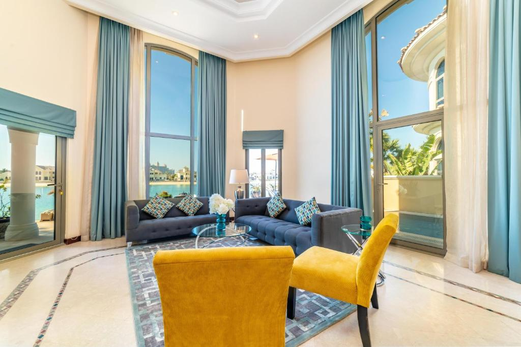 A seating area at Yanjoon Holiday Villas - Palm Jumeirah Frond L