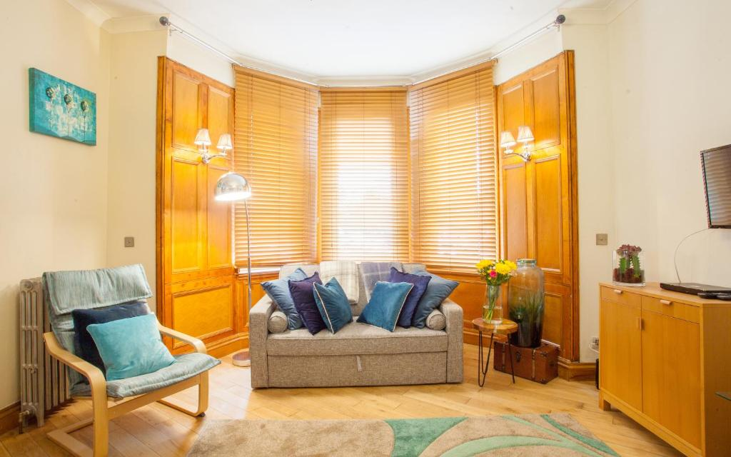 A seating area at Cosy Central Glasgow Green home near Merchant City