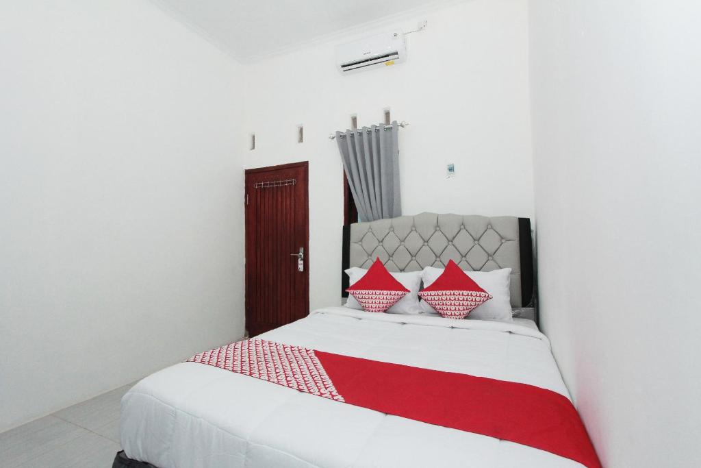 Tempat tidur dalam kamar di OYO 435 Panglima Polim Residence