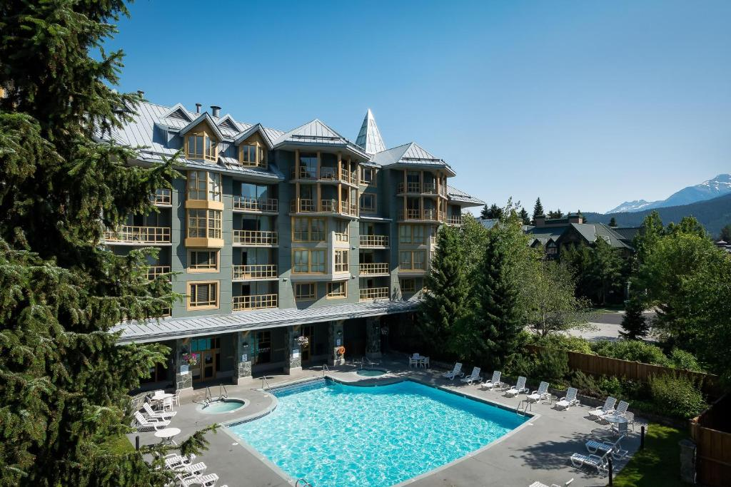 The swimming pool at or near Cascade Lodge by Elevate Real Estate Management