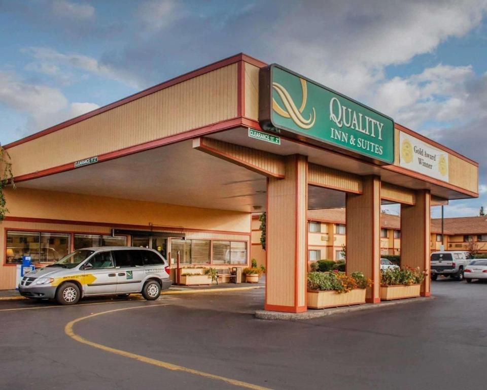 Quality Inn & Suites Medford Airport.
