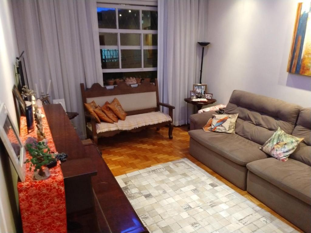 Een zitgedeelte bij Quarto Confortável, bem Localizado