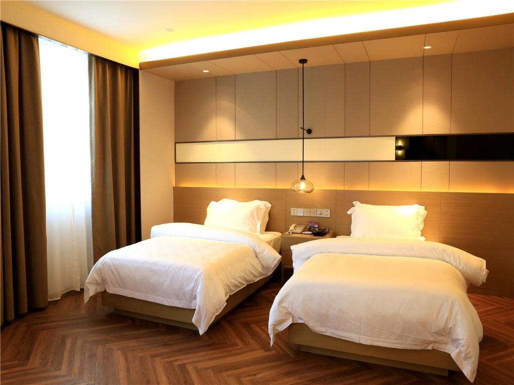 A bed or beds in a room at Metropolo Jinjiang Hotels (Guangzhou Xiayuan Metro Station)