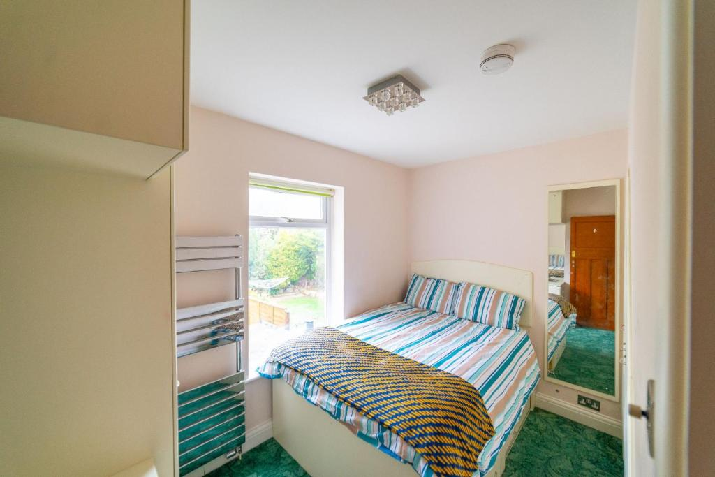 A bed or beds in a room at Cosy, Quirky Double Room