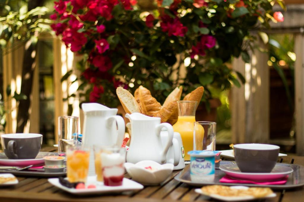 Breakfast options available to guests at Hôtel le Chardon Bleu