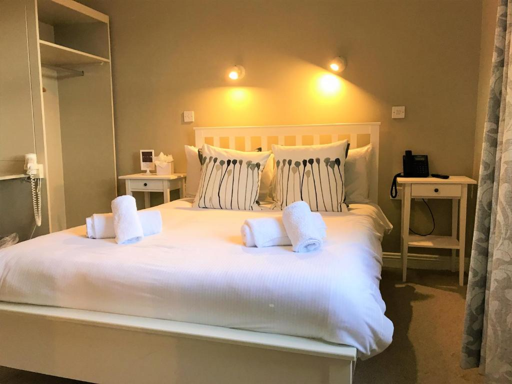 A bed or beds in a room at Zuni Townhouse