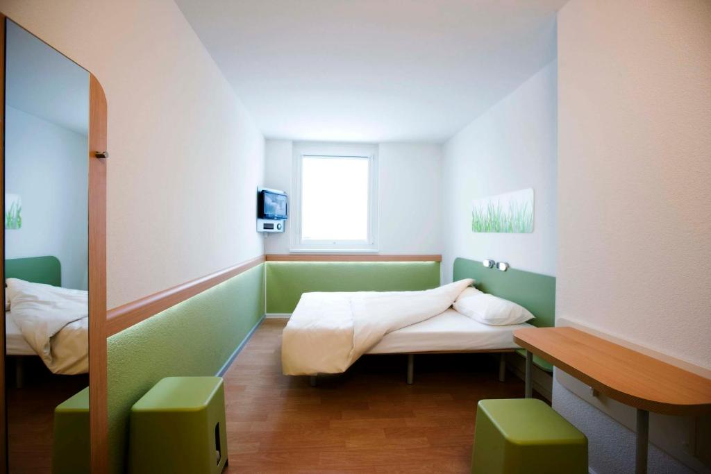 A bed or beds in a room at Ibis budget Wien Messe