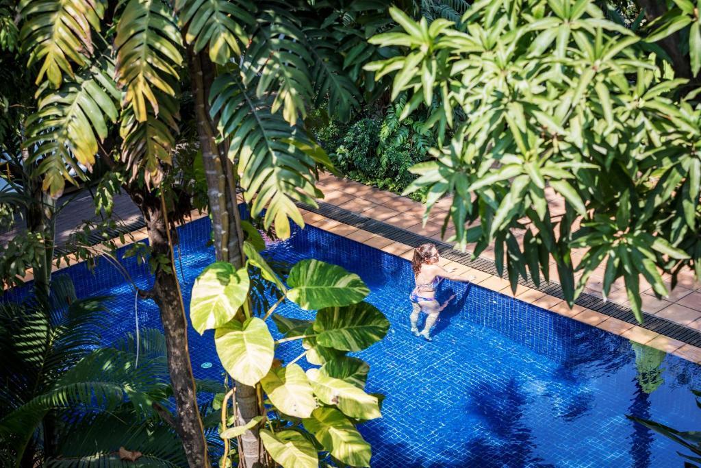 Uitzicht op het zwembad bij Villa Langka Hotel & Restaurant of in de buurt