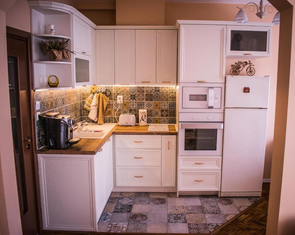 A kitchen or kitchenette at Two Bedroom Apartment Downtown Ivanovi