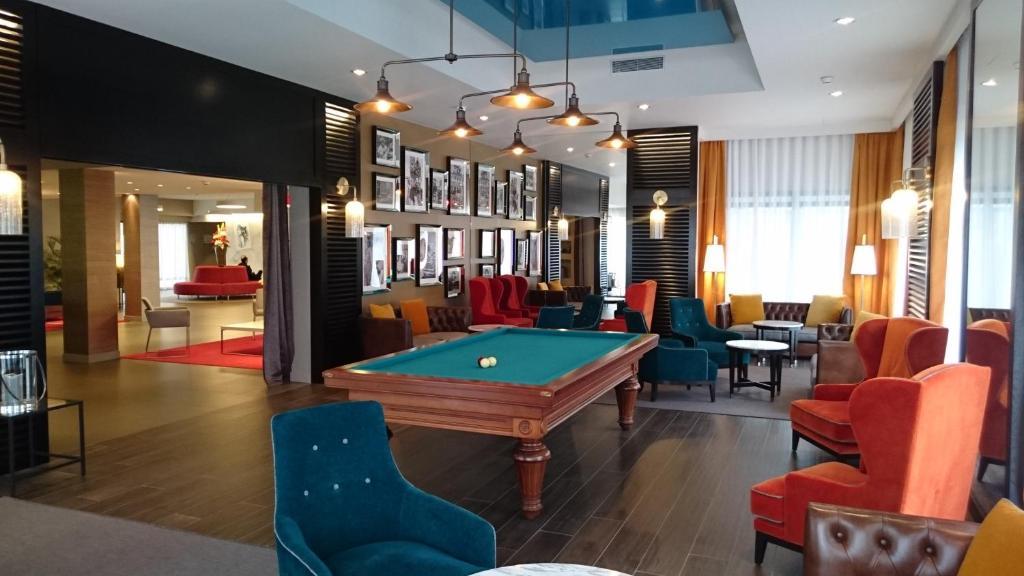 Sto za bilijar u objektu Best Western Plus Hôtel & Spa de Chassieu