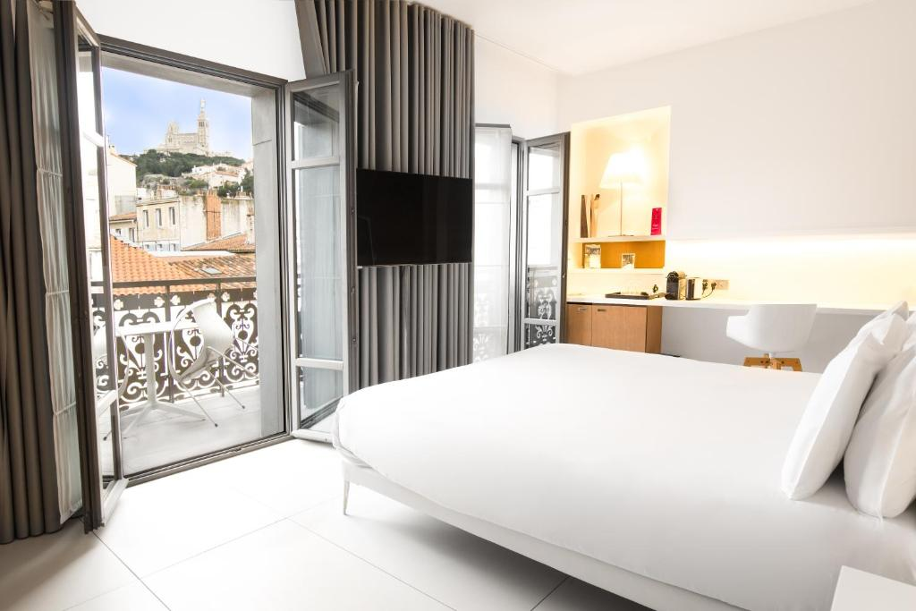 A bed or beds in a room at Hotel C2
