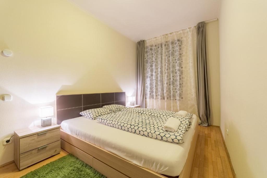 מיטה או מיטות בחדר ב-Kazinczy Deluxe