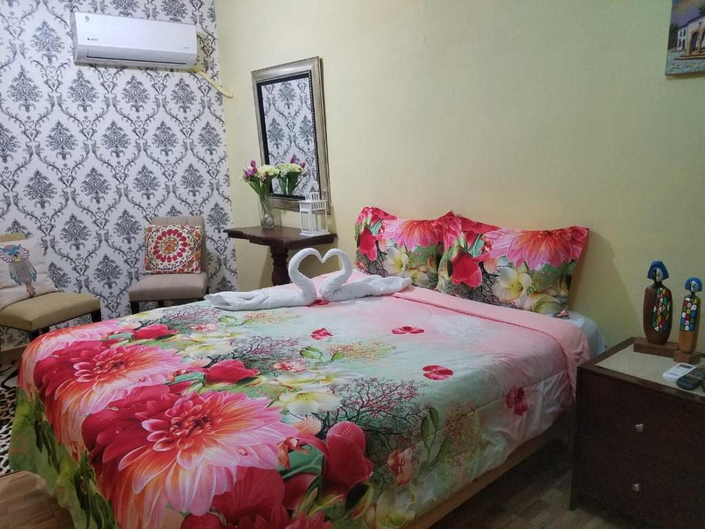 A bed or beds in a room at Hotel Cana Palma Zona Colonial