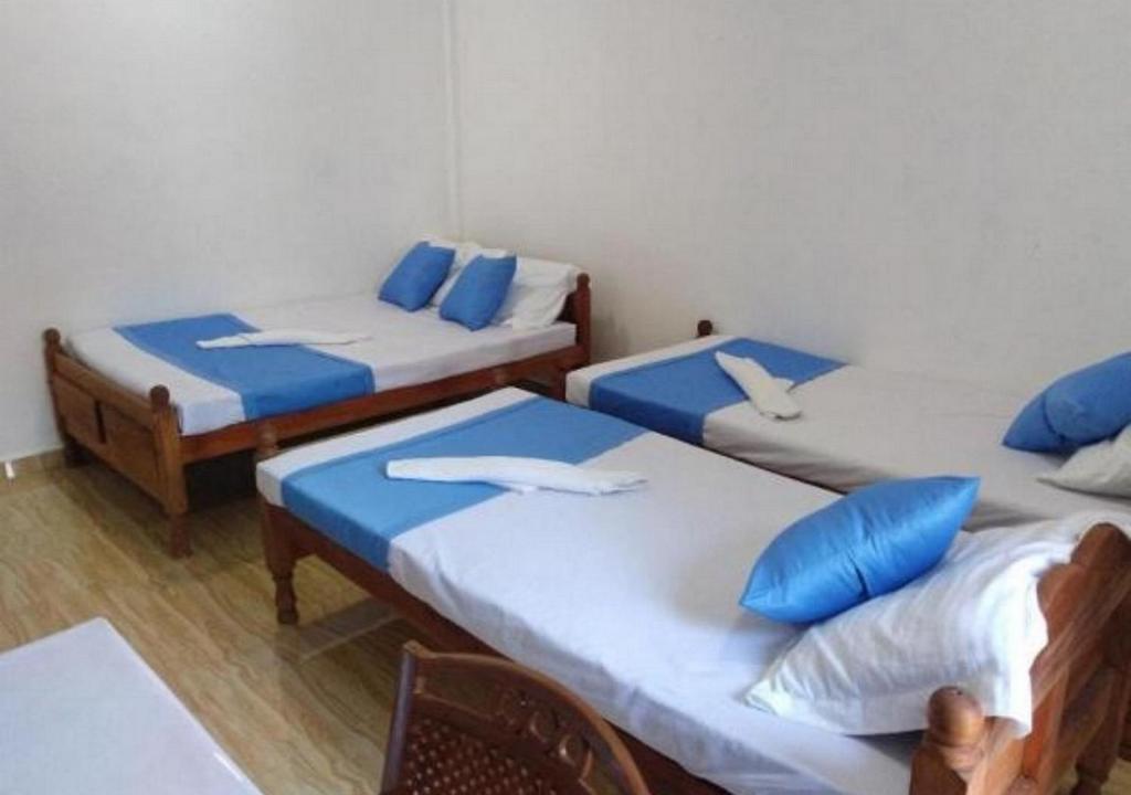 Un ou plusieurs lits dans un hébergement de l'établissement Colonial Inn
