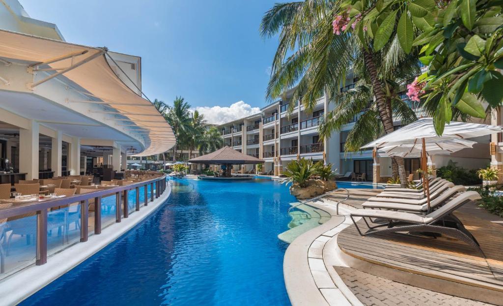 和南恩瀉胡度假酒店游泳池或附近泳池
