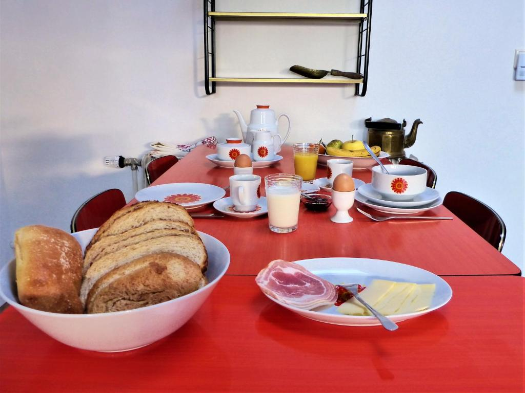 Breakfast options available to guests at B&B Ut Kantuurke