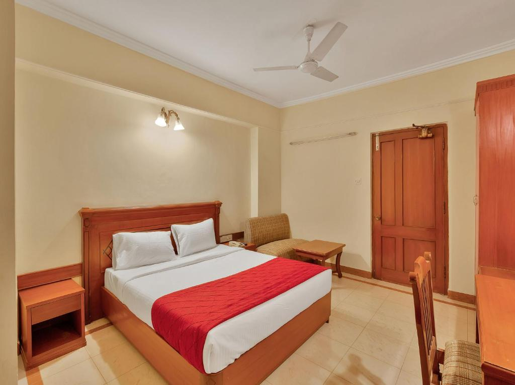 A bed or beds in a room at OYO 10534 Hotel Kanishka