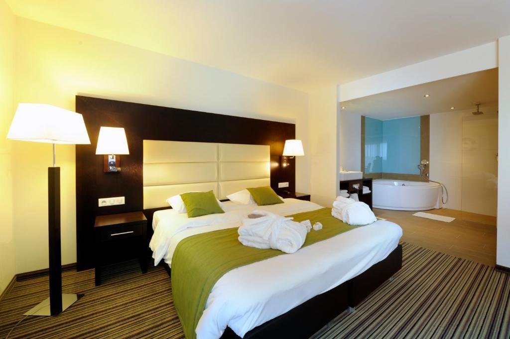Ein Bett oder Betten in einem Zimmer der Unterkunft Hotel Charleroi Airport - Van Der Valk