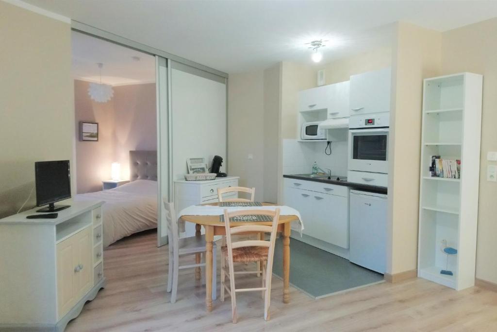 A kitchen or kitchenette at Jolie T2 sur St-Valery-sur-Somme avec terrasse privative